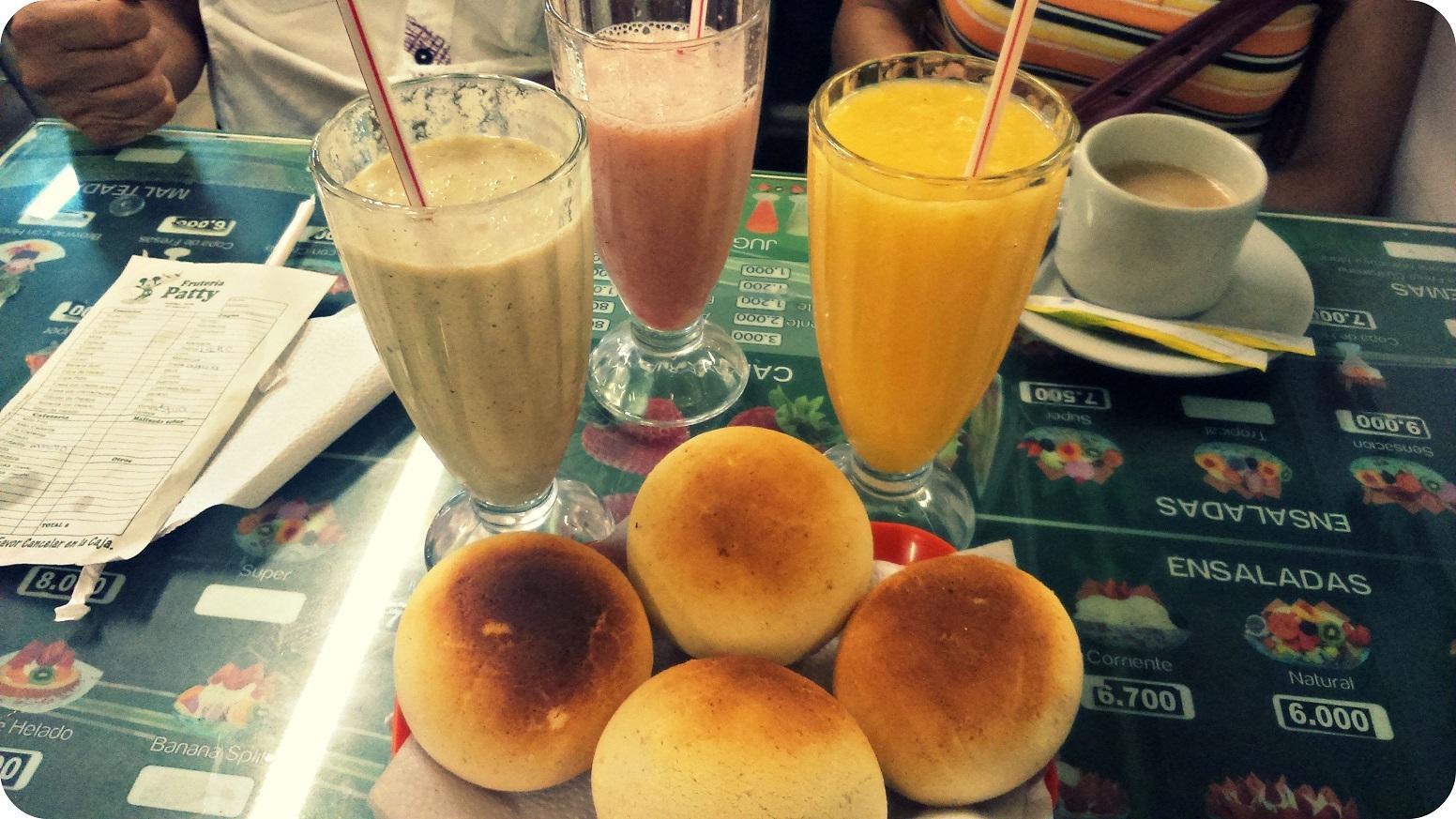 Fotos de los jugos de frutas y de las almojabanas