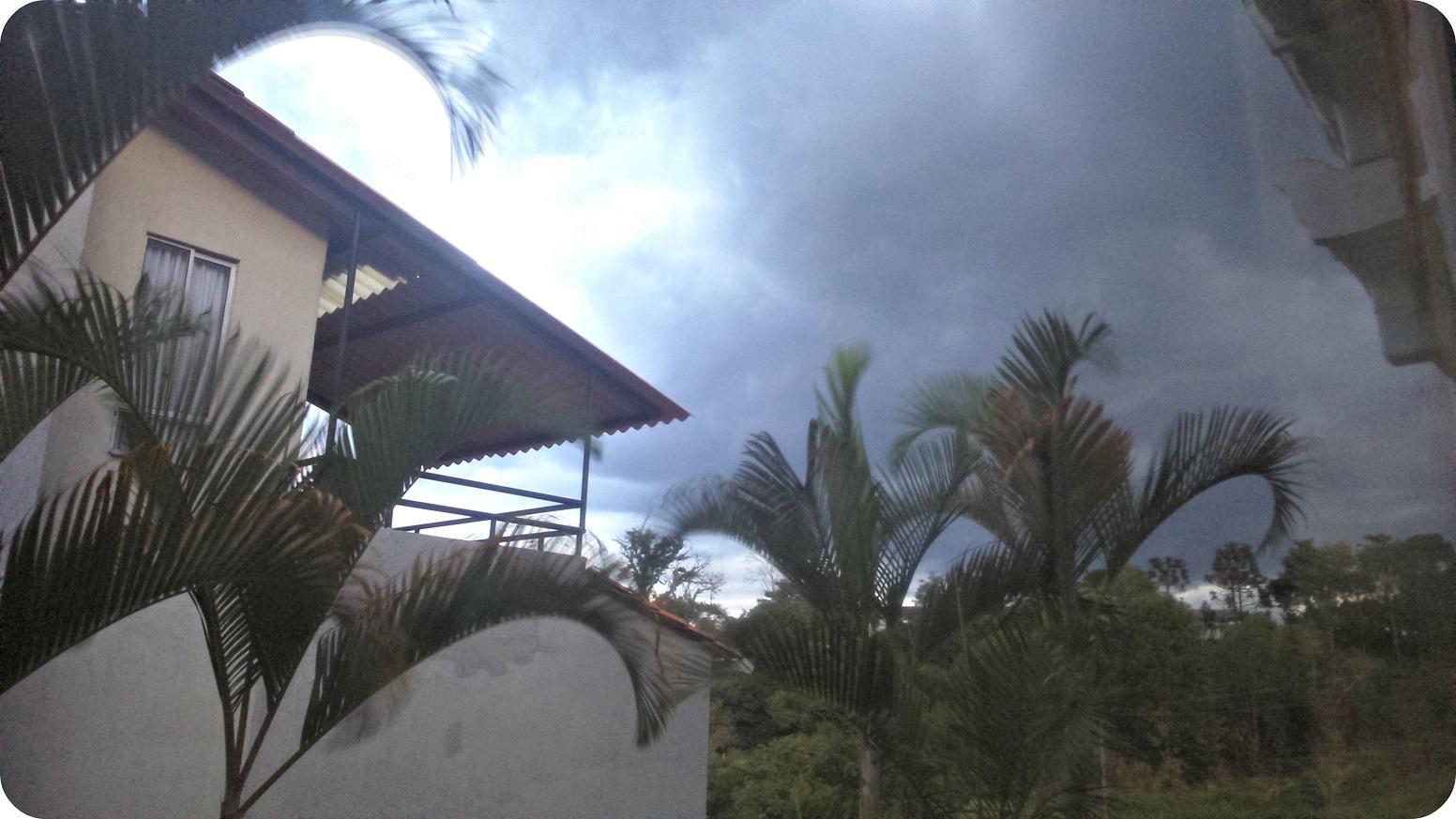 Foto de nubes muy oscuros anunciando un aguacero