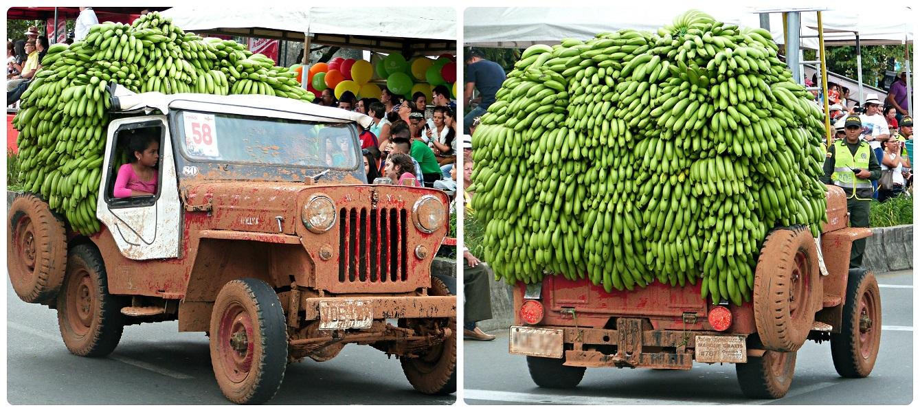 Jeep très chargée avec des bananes au défilé Yipao à Armenia