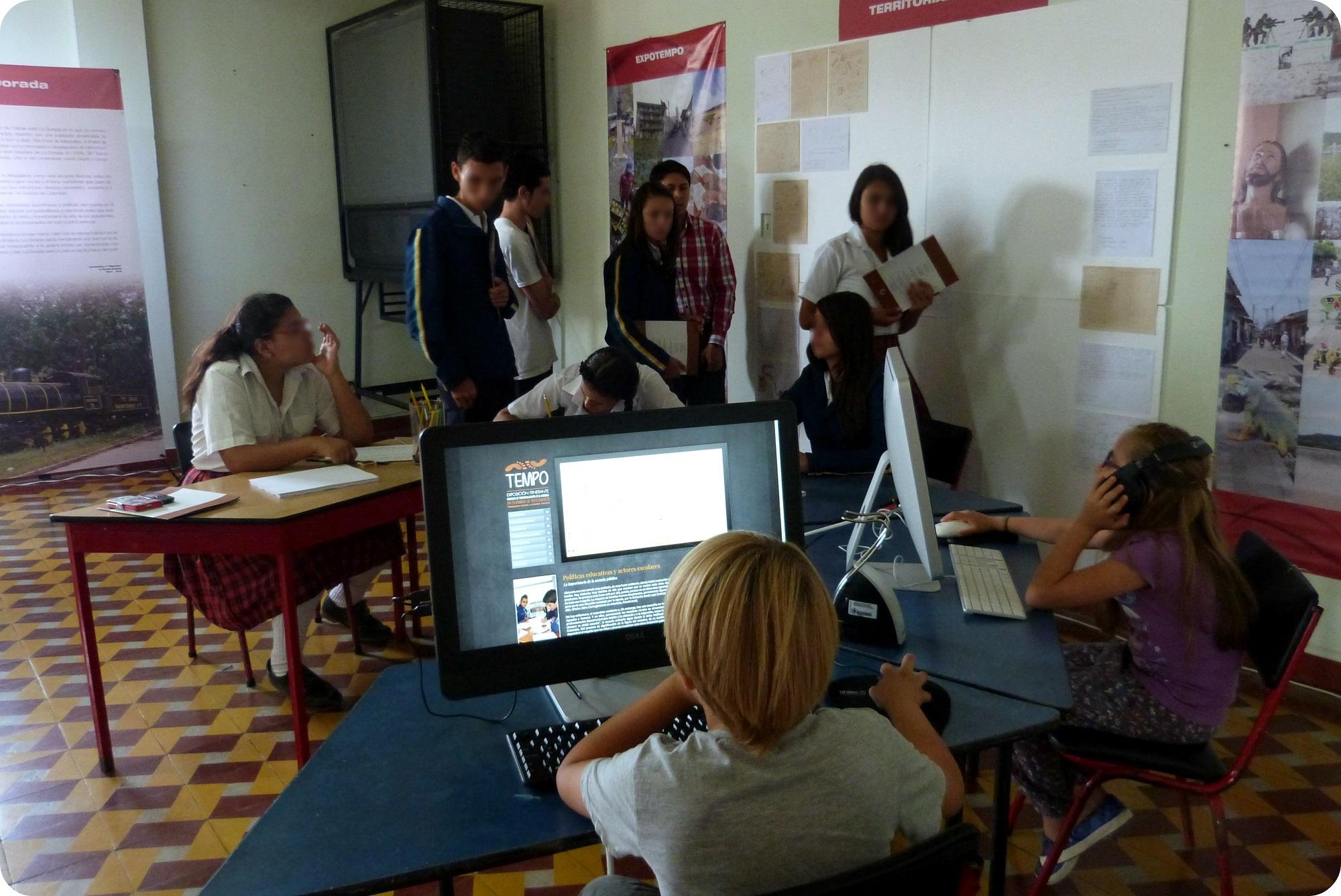 Espace libre avec des ordinateurs et un endroit pour dessiner à l'expo Tempo à Aguadas