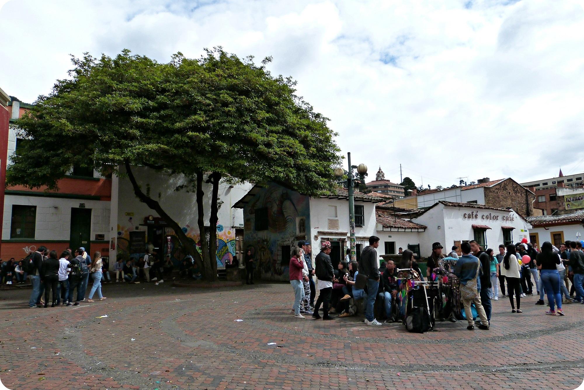 Place très peuplée de jeunes dans le quartier de la Candelaria à Bogotá