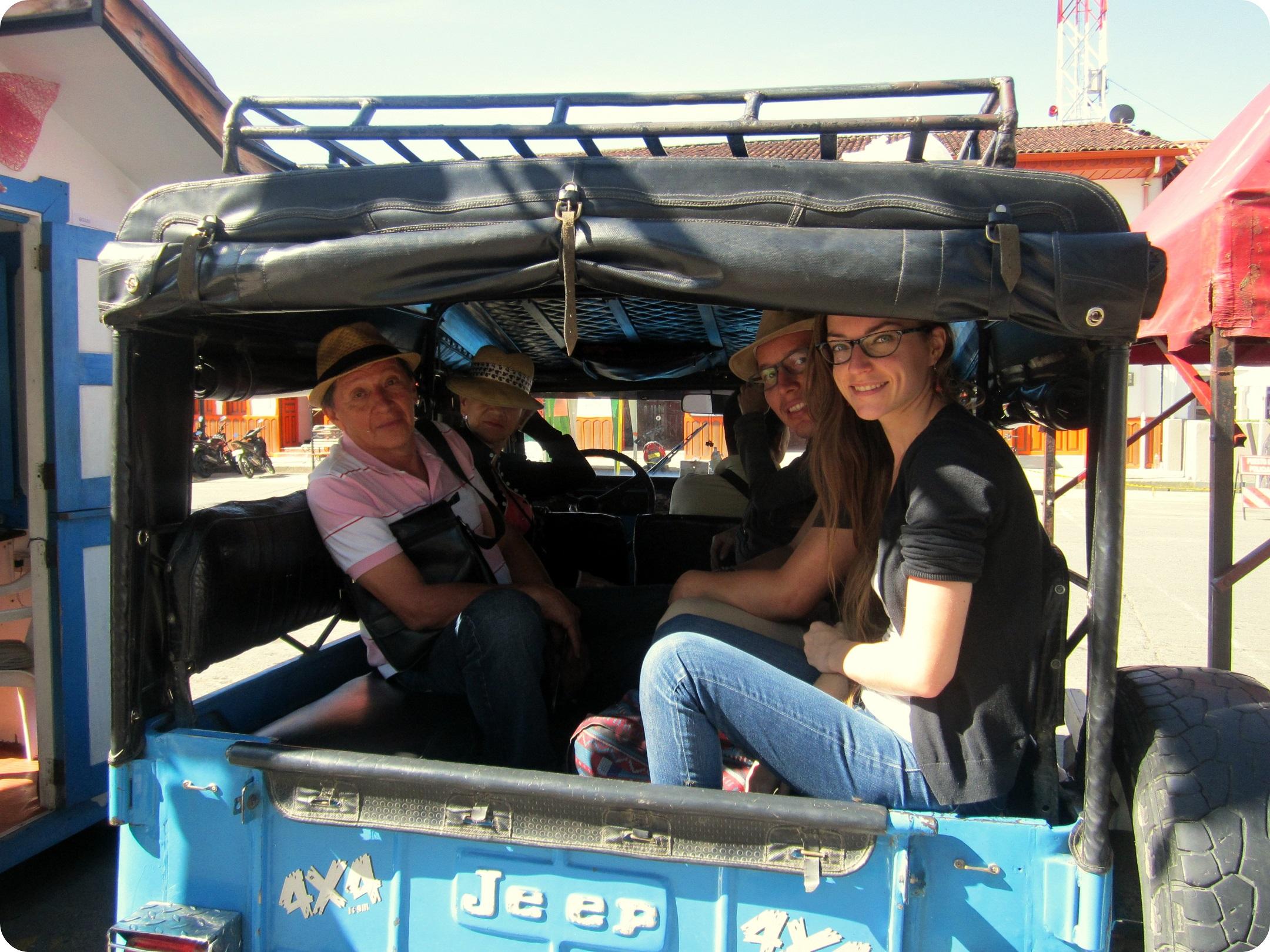 Antimo, Monita, Charles y Charlène sentados en la jeep en la plaza Bolívar de Salento antes de bajar hacia el Valle de Cocora