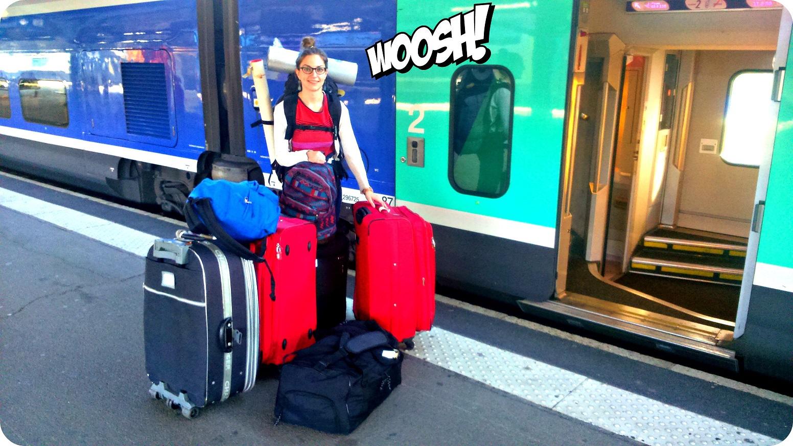 Charlène, en el andén de la estación de Nantes, ¡rodeada de 8 bolsos y maletas!