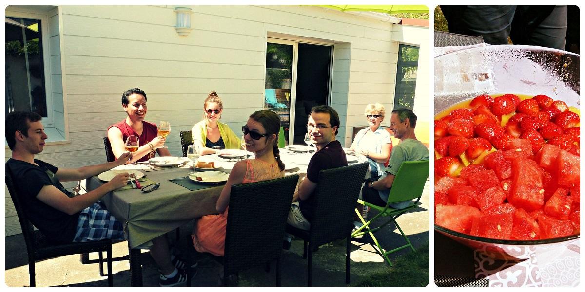 Familia de Charlène sentada a la mesa festejando la salida