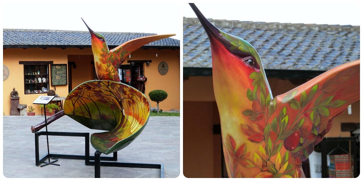 Escultura de un colibri en la Mitad del Mundo de Quito